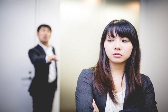 会社にバレないようにこそこそしている女性